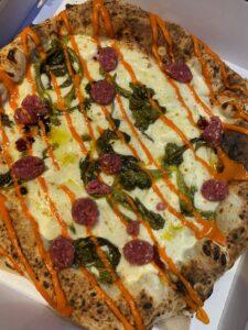 BRA'V&SPICY: Fiordilatte, Friarielli saltati con aglio e zenzero, Salsiccia tipo Bra a crudo, N'duja di Spilinga, Olio Evo
