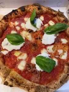 MARGHERITA SPECIAL: Pomodoro gran riserva, Mozzarella affumicata, Pancetta al pepe, Stracciatella, Basilico, Olio Evo